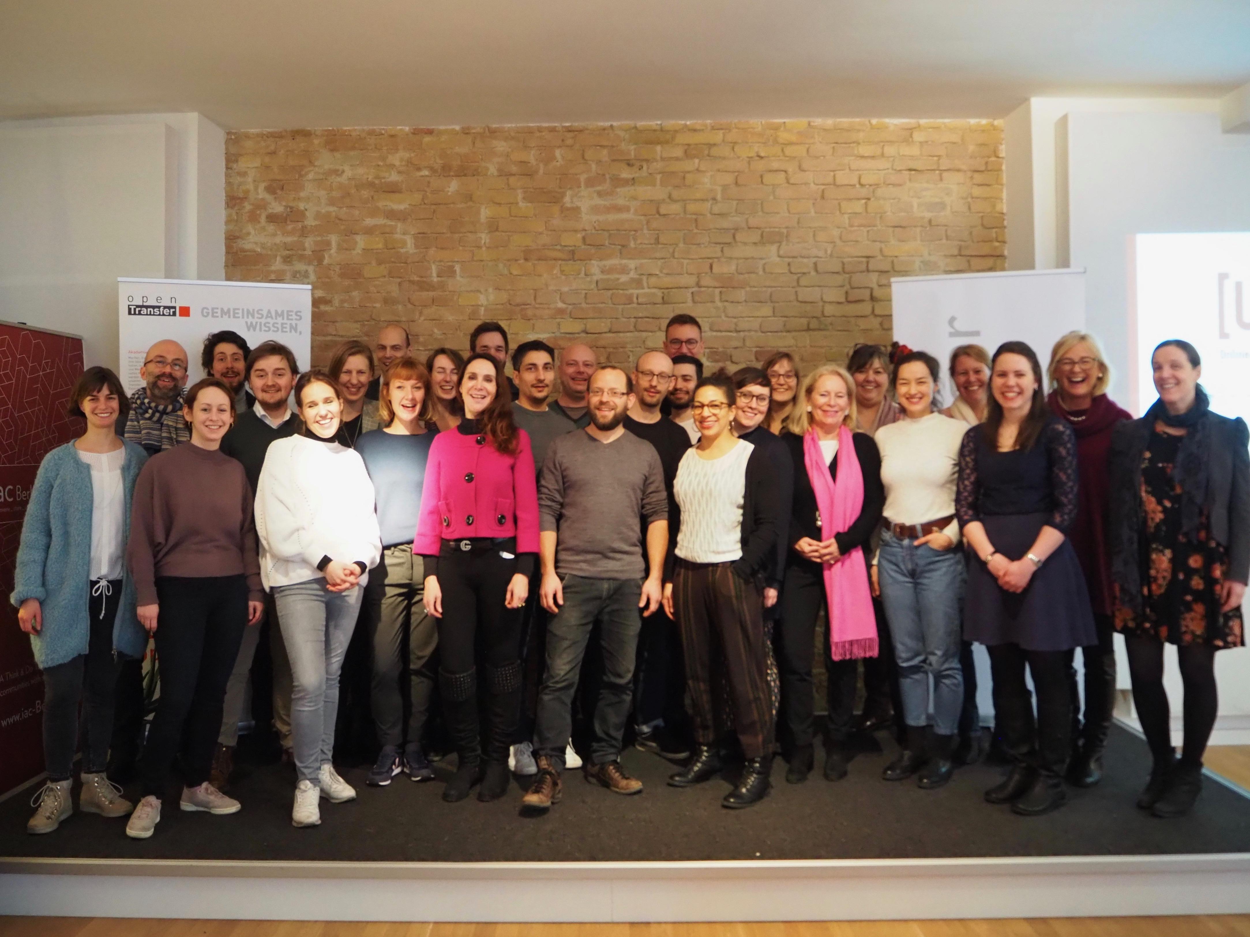 Eine Gruppe aus 20 jungen Männern und Frauen